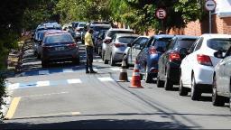 Longas filas para vacinar geram reclamação em drive-thrus de São Carlos