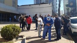Manifestantes pedem exoneração de servidor que agrediu idoso em briga de trânsito