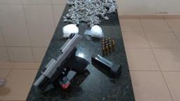 PM localiza arma furtada e drogas na Vila Brasília