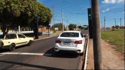 Motociclista não consegue frear e colide em carro no Jardim Bandeirantes