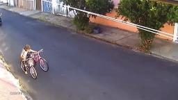VÍDEO: rapaz pula muro e furta bicicletas infantis no Jardim Paulista