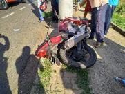 Morre motociclista que colidiu contra poste ao desviar de veículo