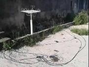 Obra da CPFL deixa cabos de energia caídos em rua