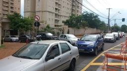 Semáforo na rua Niterói atrapalha saída de veículos em condomínio