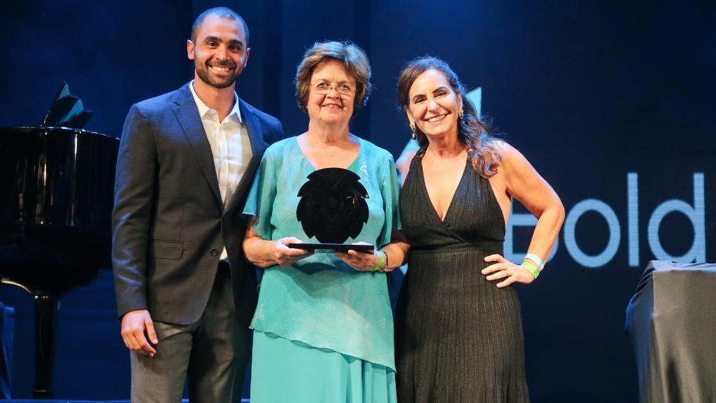 Silvia Brandalise recebendo homenagem do LIDE Campinas durante a Noite Solidária do Centro Infantil Boldrini - Foto: Guilherme Gongra