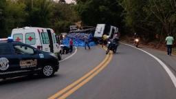 Caminhão tomba e bloqueia rodovia que liga Lindoia a Socorro