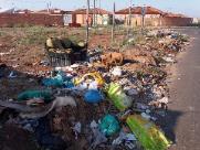 Entulho espalhado em terreno no Valle Verde incomoda moradores