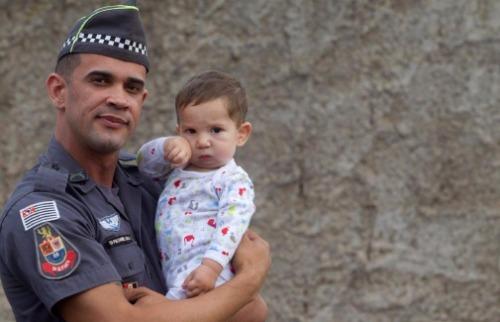Matheus Urenha / A Cidade - Soldado da Polícia Militar Daniel Souza se tornou 'protetor' de Emanoel campanha após arrecadar leite especial a bebê