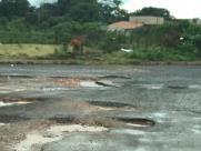 Moradora reclama de demora para tapar buracos na zona Leste