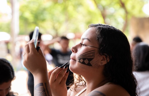 A estudante Stefanie, da etnia Pira-tapuya, que cursa Ciências Econômicas na Unicamp - Foto: Hugo Teixeira/Comvest-Unicamp