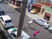Câmera flagra suspeito roubando corrente de mulher em Ribeirão Preto