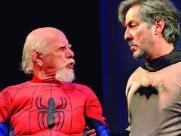 Em Anti Comics, super heróisnorte-americanos, como Mulher Maravilha (no alto), Homem Aranha e Batman (ao lado) estão mais velhos, sentimentais e em crise (Foto: Divulgação) - Foto: Divulgação