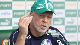 """Mano Menezes vê jogo """"muito mais duro"""" que o esperado e elogia Weverton"""