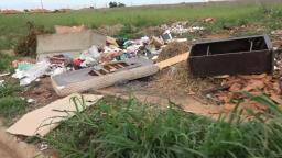Terreno baldio é usado para descarte irregular de lixo