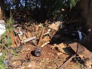 Uma tonelada de entulho é retirada de terreno particular pela Prefeitura