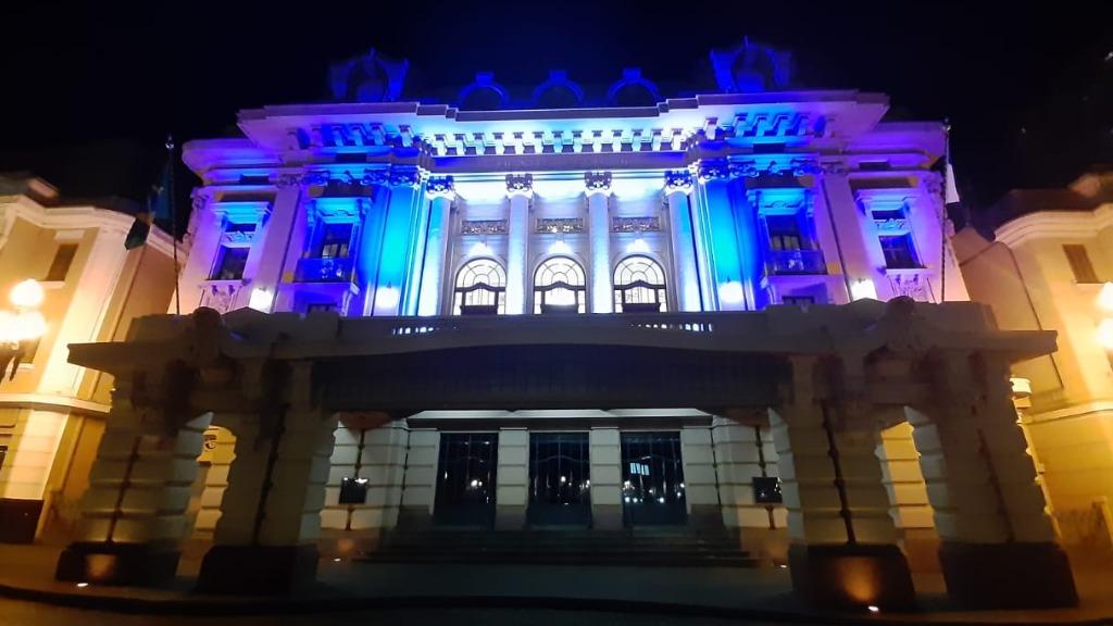 Pedro II iluminado de azul e branco (Foto: Naiana Kennedy / CBN) - Foto: ACidade ON - Ribeirão Preto