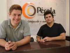 Thiago Paz e Adams Rezende convidam a todos para evento que marca o quinto aniversário do Studio Pérola - Foto: Amanda Rocha/ACidadeON