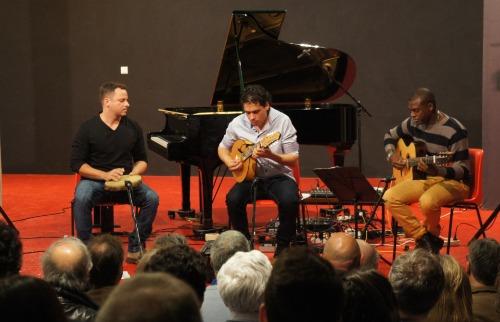 Divulgação - Tiago Santos (centro), acompanhado por Ricardo Perez (esq.) e Marcos Paulo, durante apresentação em Paris