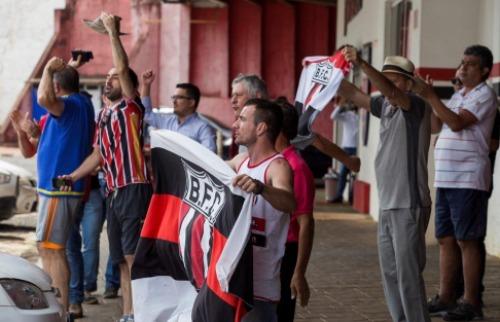 Grupo de torcedores marcou presença no Estádio Santa Cruz nesta quinta-feira (16) - Foto: Weber Sian / A Cidade
