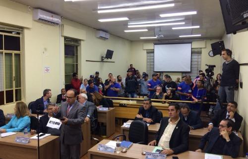 Trabalhadores do DAAE ocuparam as galerias da Câmara contra proposta de crédito especial no orçamento para compra do Estrela. (Foto: Walter Strozzi/ACidadeON) - Foto: Walter Strozzi