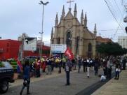Trabalhadores estão na Praça Santa Cruz - Foto: Da reportagem
