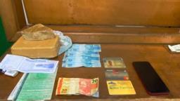 Casal é detido com droga e dinheiro falso em carro de aplicativo