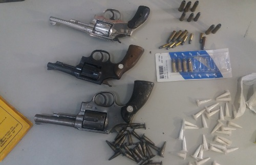 Droga, armas e munições foram apreendidas durante a ação - Foto: Ricardo Canaveze