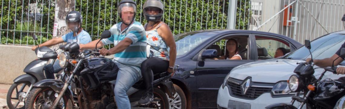 Motociclista para sobre a faixa e não usa a viseira do capacete, em flagrante registrado na avenida Francisco Junqueira - Foto: Weber Sian / A Cidade