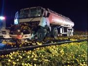 Acidente com 2 caminhões deixa feridos e rodovia interditada com laranjas