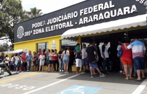 ACidade ON - Araraquara - Uma fila enorme se formou em frente ao Cartório Eleitoral de Araraquara (Amanda Rocha/ACidadeON/Araraquara)