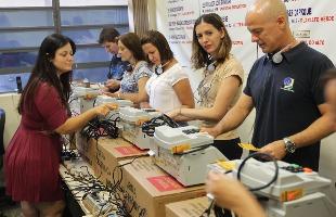 F.L.Piton / A Cidade - Funcionários da Justiça trabalham neste sábado para deixar as urnas prontas para a votação do dia 30