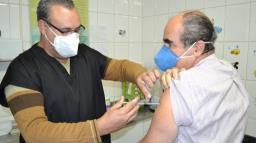 Prefeito de Pedreira recebe primeira dose da vacina contra covid
