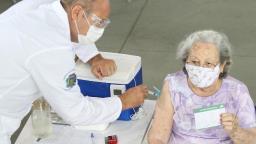 Efeitos colaterais e outras dúvidas de quem vai tomar a vacina