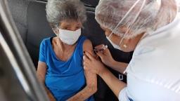 Vacinação contra Covid para idosos com 66 anos é antecipada em São Carlos
