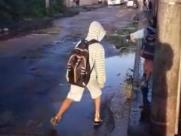 Vazamento de esgoto em frente à escola atrapalha alunos na zona Norte