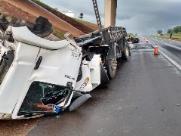 Caminhão fica destruído após acidente na Rodovia Washington Luís