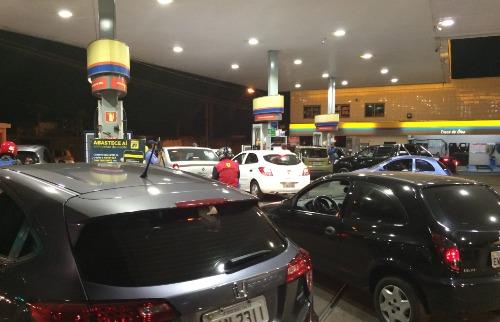 Mariana Martins / A Cidade - Consumidores enfrentaram fila para poder abastecer veículos nesta quarta-feira (23)