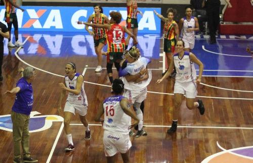 ACidade ON - Campinas - Vera Cruz garantiu a vitória com cesta marcada no último segundo (Foto: Luciano Claudino/Código 19)