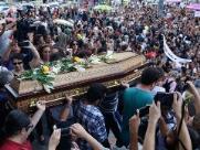 Corpo de Marielle deixa Câmara do Rio sob aplausos e pedidos por justiça