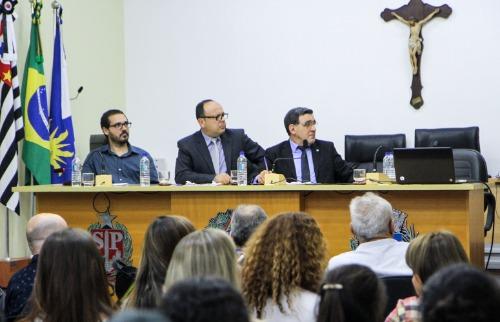 Vereadores Elton Negrino (ao Centro) e Lucas Grecco (do lado direito) retiraram o projeto da Câmara (Amanda Rocha) - Foto: ACidade ON - Araraquara