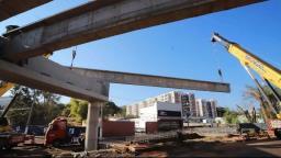 Novo viaduto em Ribeirão Preto recebe vigas de 56 toneladas