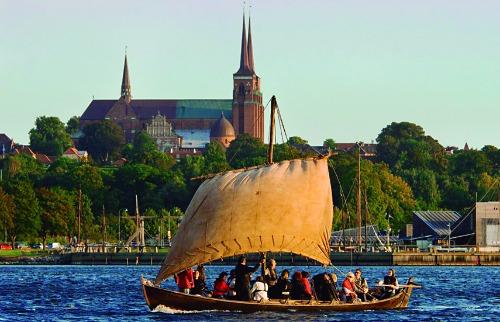 Tavi Norén / Divulgação - Turistas passeio em réplica de barco viking; veja mais fotos na galeria