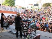 Público lota teatro de arena para assistir Vinil 78 em São Carlos