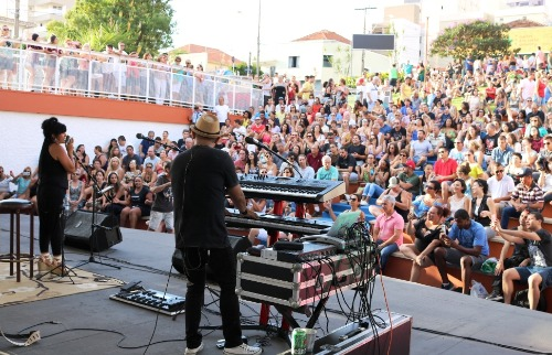 Público lota teatro de arena do centro para assistir Vinil 78 - Foto: Divulgação
