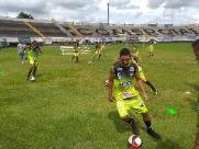 Sem lateral-direito contratado, técnico Pinho improvisa volante em jogo-treino