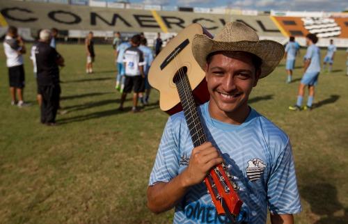 Matheus Urenha / A Cidade - Volante Felipe Cowboy, de 19 anos, veio de São Paulo para ser titular do Comercial na música sertaneja e no time sub-20 (detalhe: ele trouxe o próprio chapéu e violão para Ribeirão Preto)