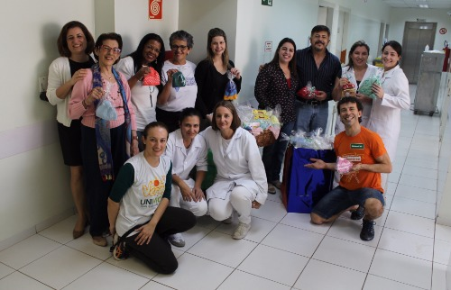 ACidade ON - Araraquara - Voluntários entregam doação de gorros à Maternidade Gota de Leite (Divulgação)