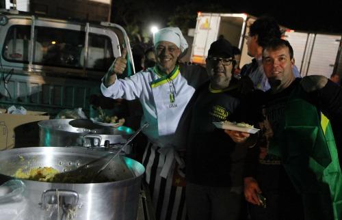 Voluntários fizeram comida para levar aos caminhoneiros (Tom Oliveira/ACidadeON) - Foto: Tom Oliveira